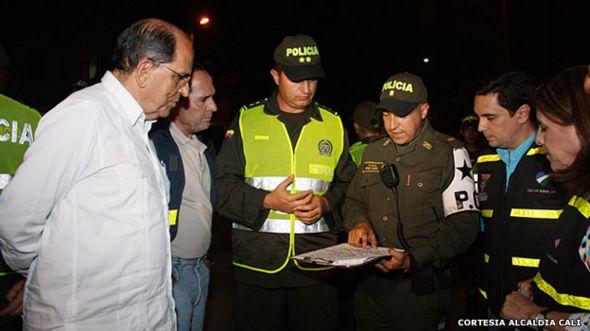 Alcalde de Cali, Rodrigo Guerrero, con miembros de la policía.