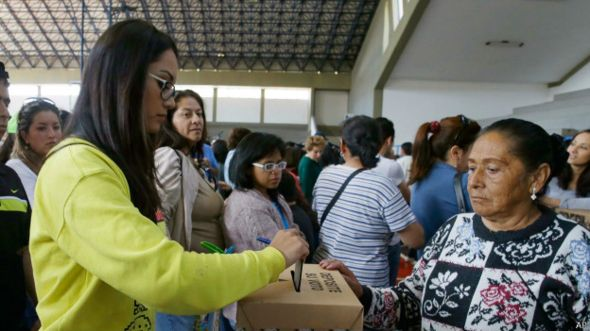 Mujer votando en Bolivia