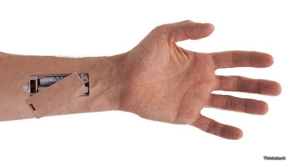 Батарейка в руке киборга