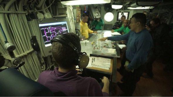 Thủy thủ đoàn trên hàng không mẫu hạm USS George Washington chuẩn bị tác chiến