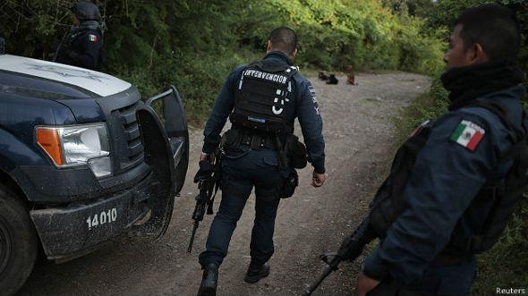policías revisan bosques en los alrededores de Iguala