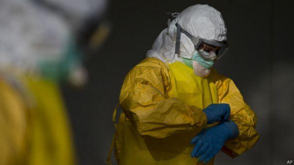 Persona con traje de protección contra el ébola