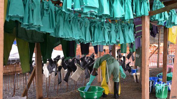 Luvas de tratamento ao ebola / Crédito: AFP