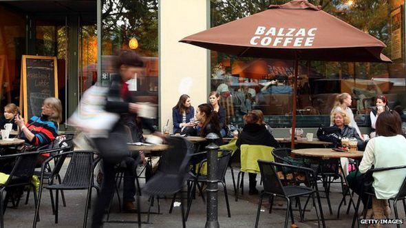Gente en un café en Berlín