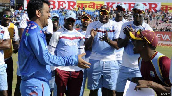 மேற்கிந்திய வீரர்களுடன் இந்திய அணித் தலைவர் தோனி
