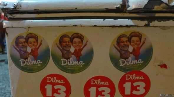 Adesivos de campanha com Lula e Dilma