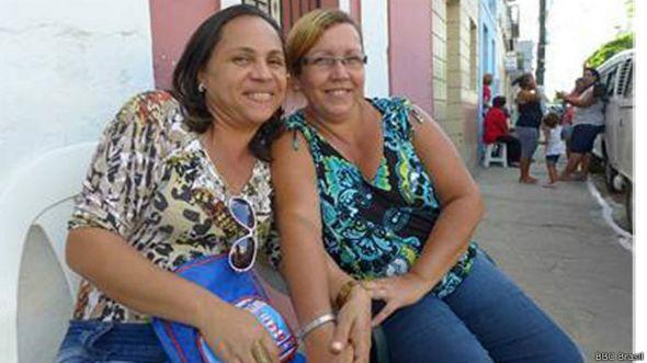 Moradores de Goiana assistem a comício de Lula e Dilma
