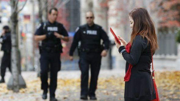 Policía se acerca a una mujer