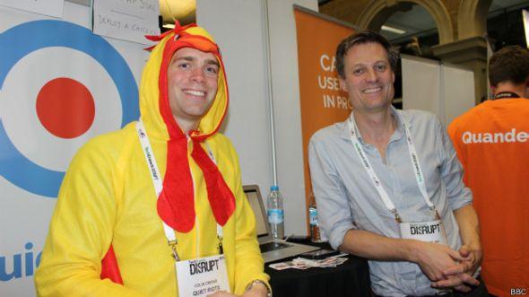 Simon Darling y un compañero de Quiet Riots durante la presentación de su compañía en la feria de tecnologia Tech Crunch Europe Disrupt, en Londres.