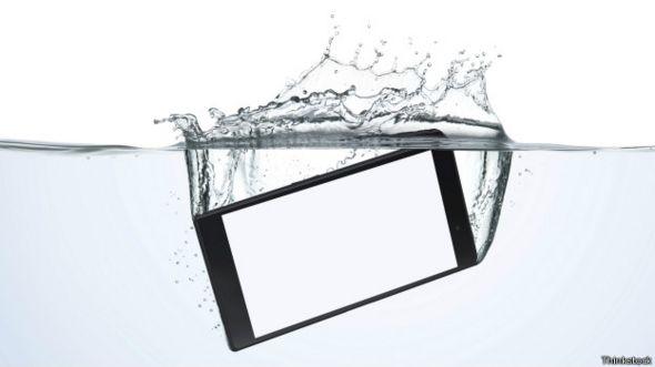 Teléfono inteligente en agua