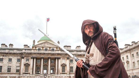 Hombre vestido como Jedi
