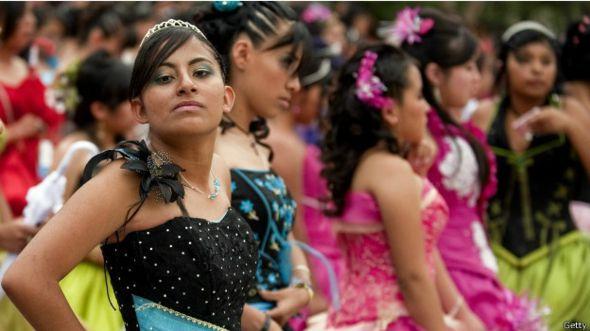 Adolescente se prepara parael baile de quince años en Ciudad de México. Foto: AFP/Getty