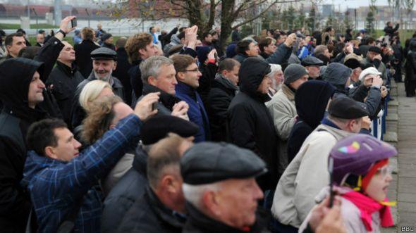 Толпа в порту Клайпедау встречает первый танкер со сжиженным газом