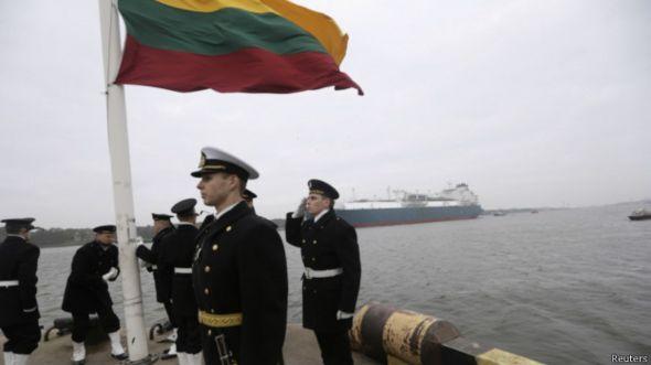 Поднятие национального флага в порту Клайпеда