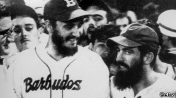 Fidel Castro y Camilo Cienfuegos en un juego de beisbol de los