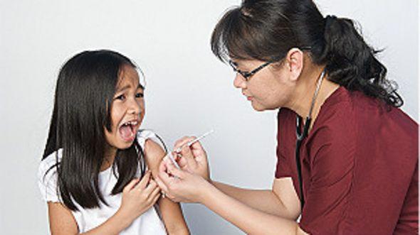 Una niña siendo vacunada