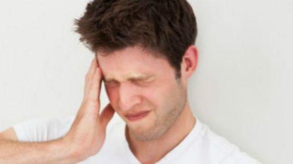 Un joven con dolor de cabeza
