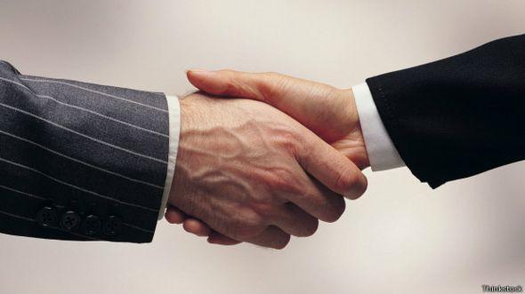 Hombres estrechando manos