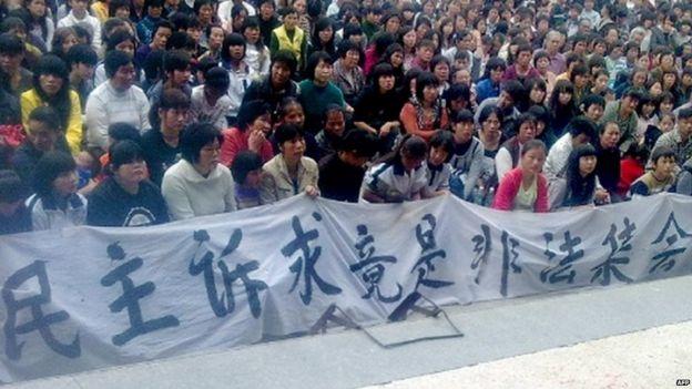 烏坎村村民在2011年拉橫幅抗議