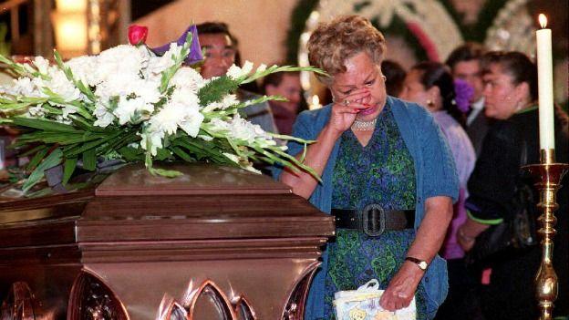 Una mujer llora junto al féretro de Cantinflas en 1993. Foto: AFP/Getty