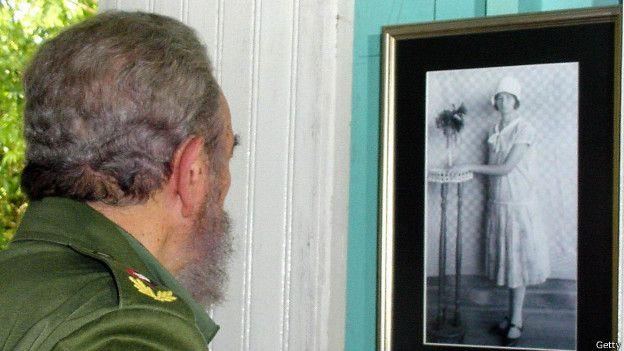 Fidel Castro frente a una foto de su madre, en una gráfica de 2003
