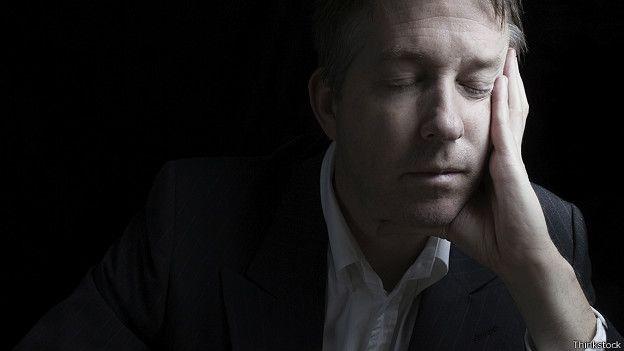 Человек от усталости закрыл глаза