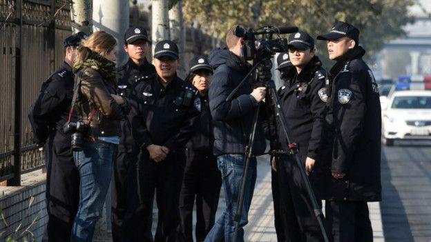 警察要求记者离开