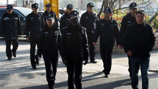 高瑜案庭审法院外的警察