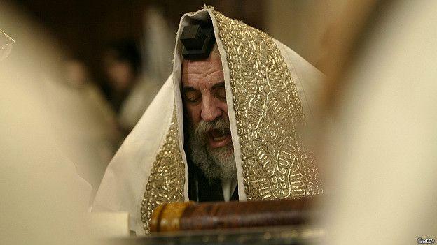 150106104808_religion_rabbi_reads_during