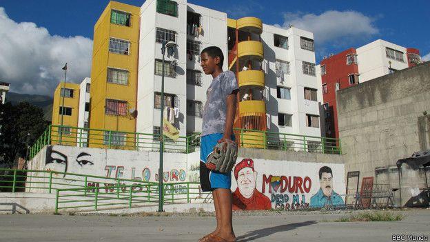 Joven venezolano juega en Mision Vivienda