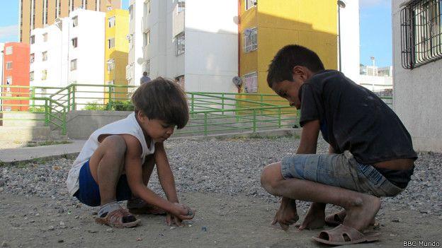 Niños juegan con piedras