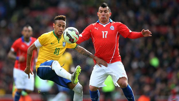 El futbolista chileno Gary Medel marca al brasileño Neymar durante un partido del Mundial 2014.
