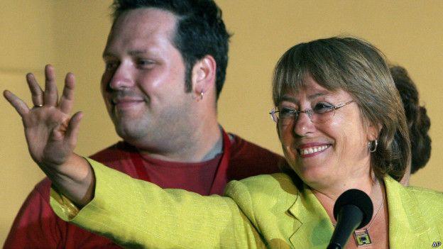 Michelle Bachelet y su hijo Sebastián Dávalos.