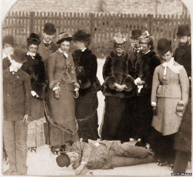 Un grupo de entusiastas en 1876 rodeando a un joven que se cayó.