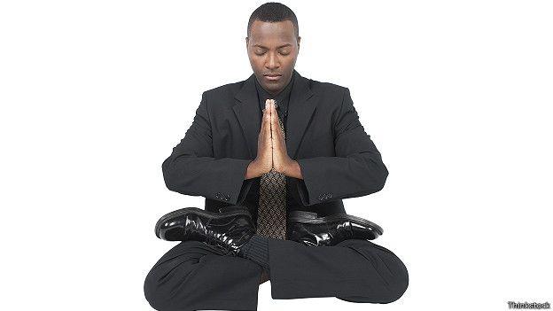 Бизнесмен в позе медитации