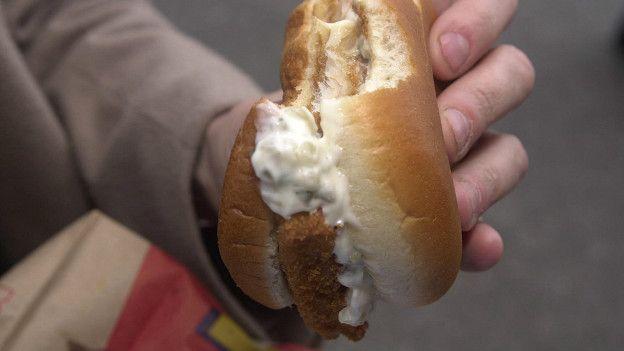 Persona comiendo hamburger