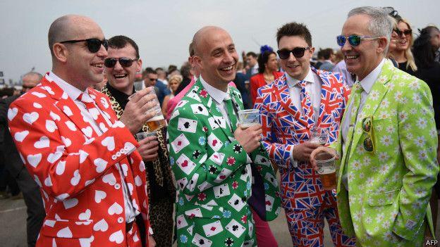 Мужчины в ярких костюмах