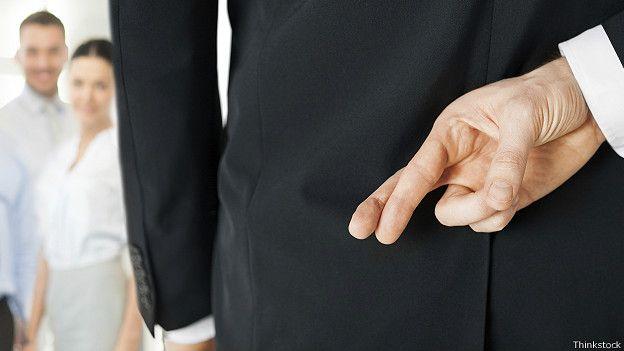 Скрещенные за спиной пальцы