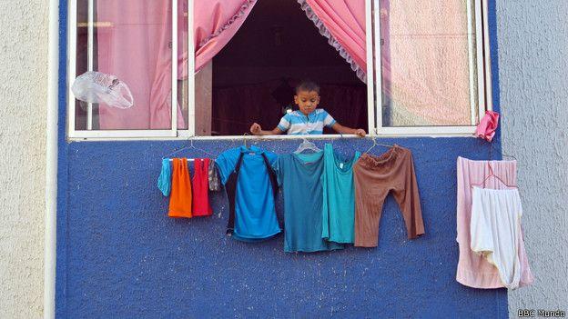 Niños cuelga la ropa