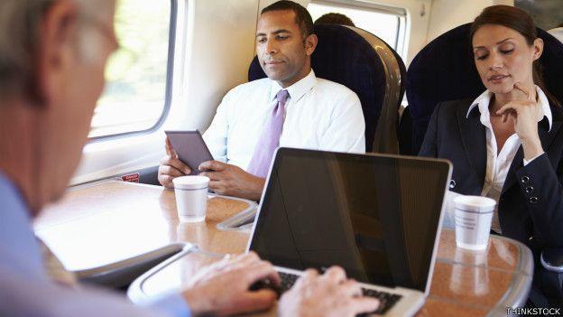 Hombre con computadora.
