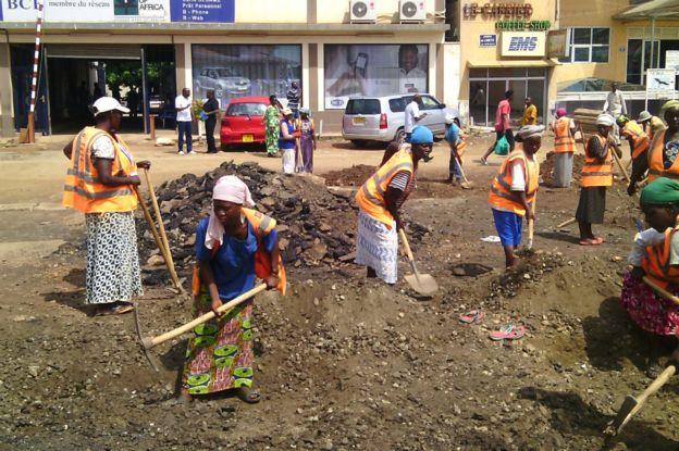 des femmes sur les chantiers au burundi le canal des metiers d couverte des m tiers et des. Black Bedroom Furniture Sets. Home Design Ideas