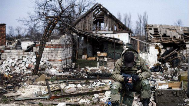 Военный у разрушенного дома