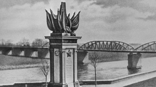 Монумент в Торгау в честь встречи советских и американских войск в апреле 1945 г.