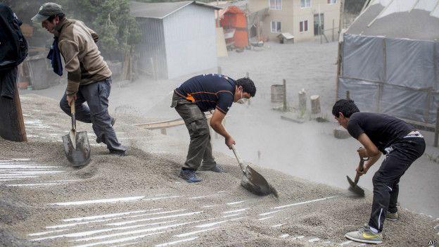 Limpiando la ceniza del volcán Calbuco