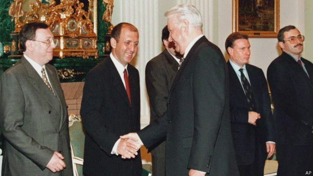 Встреча Бориса Ельцина с олигархами в 1998 году. Слева направо: Владимир Гусинский, Михаил Фридман, Владимир Потанин, Михаил Ходорковский