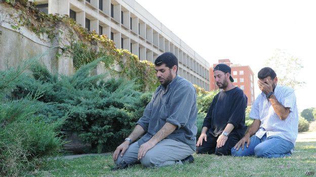 Expreisioneros de Guantánamo protesta frente a la embajada de EE.UU. en Uruguay