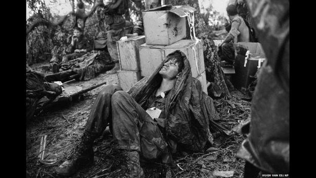 Un paracaidista estadounidense herido en la batalla por Hamburger Hill espera una evacuación médica en un campamento base cerca de la frontera con Laor, el 19 de mayo de 1969.
