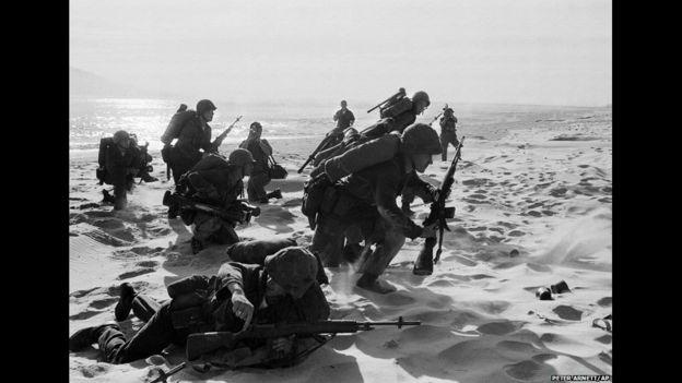 Marines estadounidenses recién llegados avanzan por la arena en la playa Red Beach en Da Nang, el 10 de abril de 1965. Iban a reforzar la base aérea mientras los Rangers de Vietnam del Sur combatían a las guerrillas a unos kilómetros de distancia de esta playa. Foto de Peter Arnett/ap.