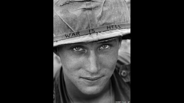 Un soldado estadounidense no identificado lleva en su caso un eslogan escrito a mano. Foto tomada en 1965 por HORST FAAS/AP.