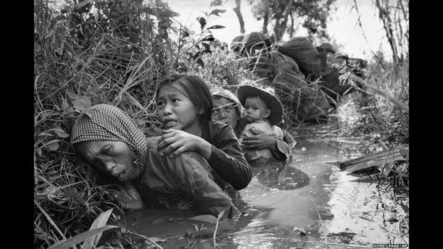 Un grupo de mujeres y niños que se refugian del fuego cerca de Sagión. Vietnam, 1 de enero de 1966. Horst Faas/AP.
